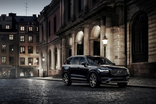 The all-new Volvo XC90 in Onyx Black Metallic has a T6 engine and AWD. The car features 21? wheels with diamond cut rims in Silver Bright and a panoramic glass roof.